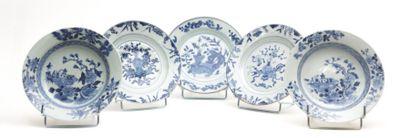 CHINE  Deux assiettes en porcelaine blanche...