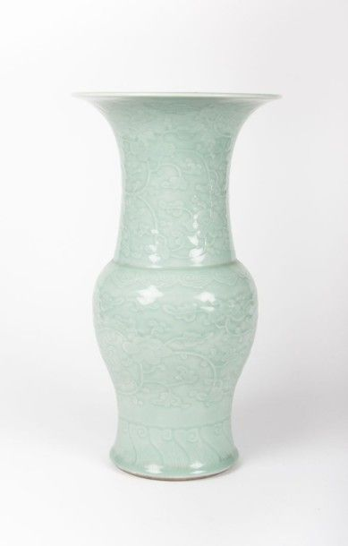 CHINE  Vase de forme balustre en porcelaine...