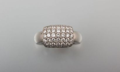 Bague en or gris, en forme d'anneau, à  empiècement coulissant, pavé de brillants,...