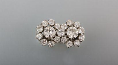 Bague en or gris, à deux marguerites  accolées, ornée de diamants taille ancienne,...
