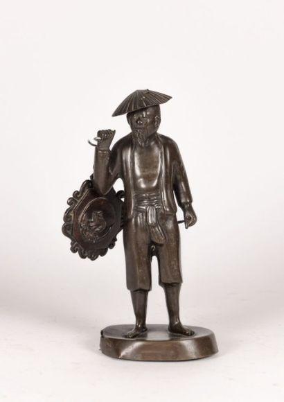 Sujet en bronze figurant un chinois chapeauté...