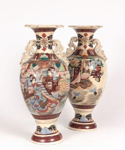 JAPON - SATSUMA  Paire de vases sur piédouche...