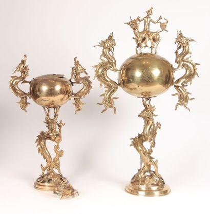 ASIE  Deux brûles parfums en bronze, le fût...