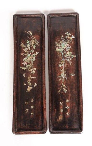 CHINE  Deux panneaux en bois teinté à décor...