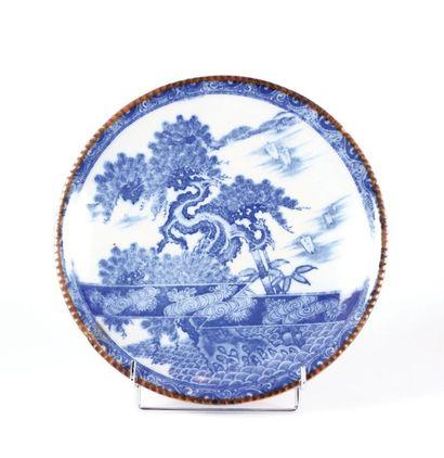 JAPON  Plat en porcelaine à décor en camaïeu...