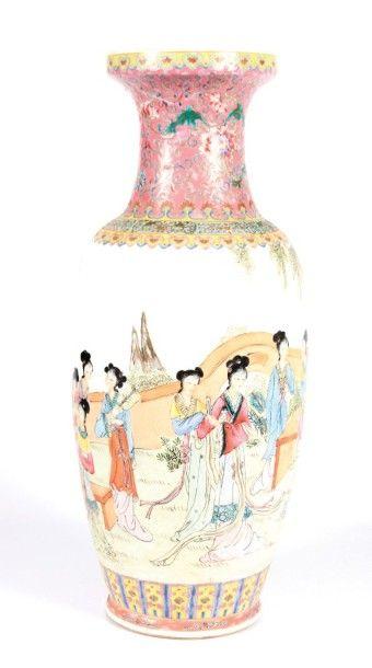 CHINE  Vase en porcelaine à décor en émaux...
