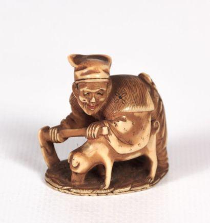 JAPON  Okimono en ivoire figurant un paysan...