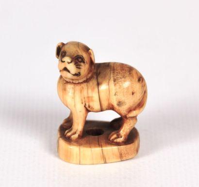 JAPON  Netsuké en ivoire figurant un chien...