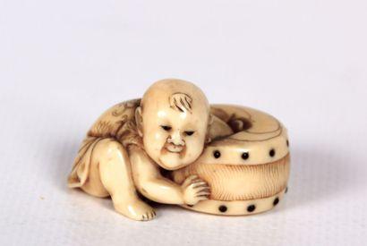 JAPON  Netsuké en ivoire figurant un enfant...