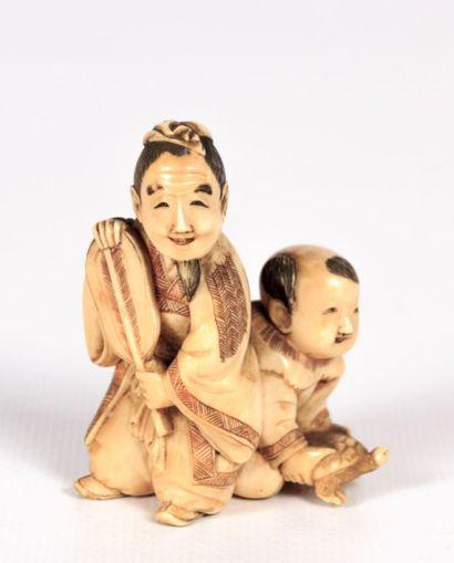 JAPON  Okimono en ivoire figurant un homme...