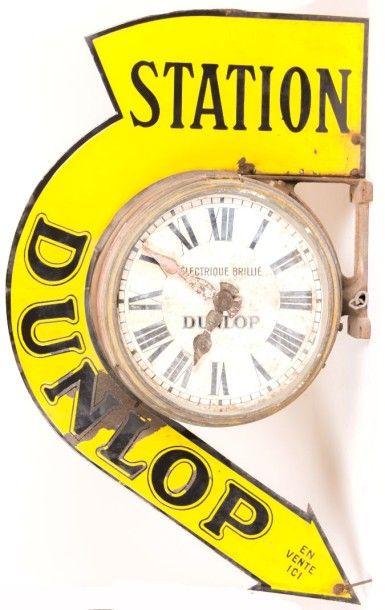 """Horloge/Enseigne recto verso composé d'une plaque émaillée marquée """"Station Dunlop""""..."""