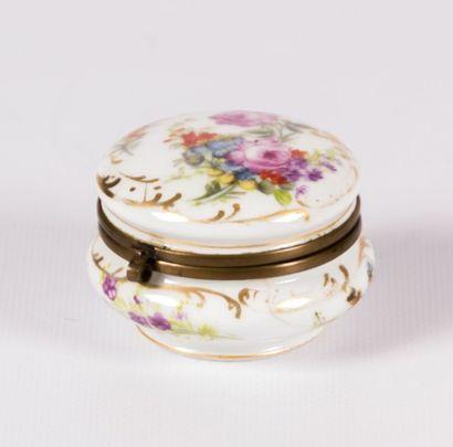 Boîte de forme ronde en porcelaine à décor...