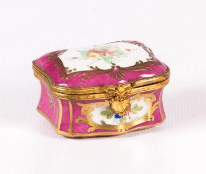 Boîte de forme rectangulaire en porcelaine...