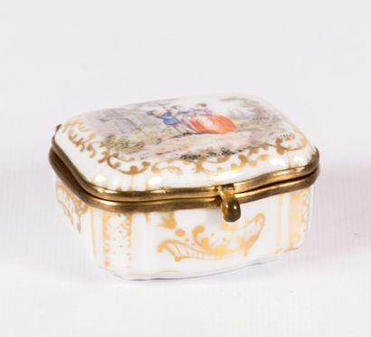 Boîte de forme rectangulaire en porcelaine,...