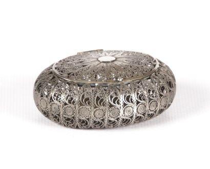 Boîte en argent de forme ovale à décor filligrané...