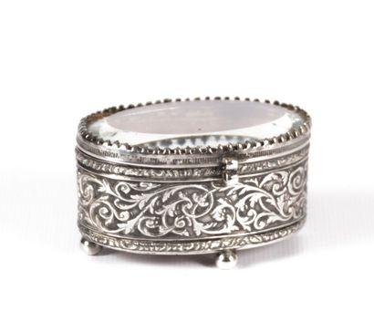 Boîte de forme ovale en métal argenté, la...