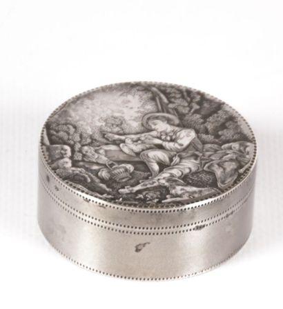 Boîte de forme ronde en argent, la panse...