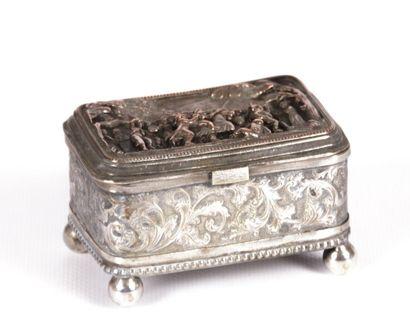 Boîte en métal argenté et cuivre posant sur...
