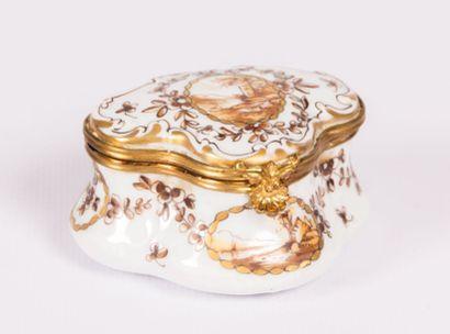 Boîte en porcelaine de forme polylobée à...