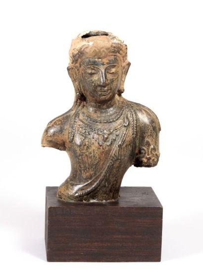 THAILANDE  Bronze avec traces d'engobe représentant...