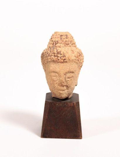 THAILANDE  Pierre sculptée avec traces d'engobe...