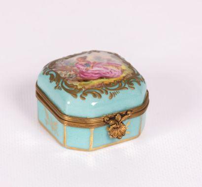 Boîte en porcelaine de forme carrée à fond...