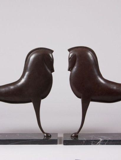 Paire de chevaux en bronze à patine brune  Le socle en marbre noir veiné gris  XXème...