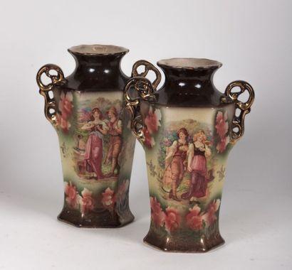 Paire de vases hexagonaux à décor imprimé...
