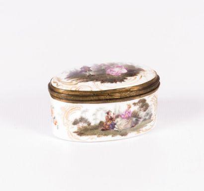 Boîte en porcelaine de forme oblongue à décor...