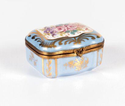 Boîte en porcelaine de forme rectangulaire...