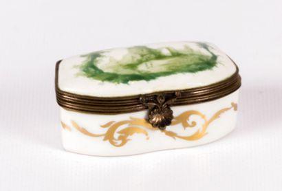 Boîte en porcelaine de forme rectangulaire,...