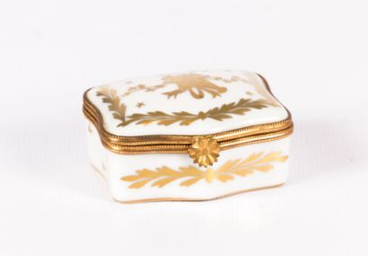 Boîte en porcelaine blanche à décor de branches...