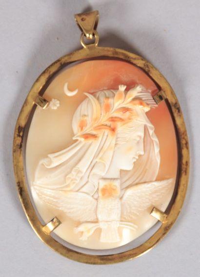 Pendentif ovale en argent doré orné d'un...