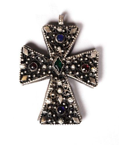 Croix en argent à décor ajouré et filigranné...