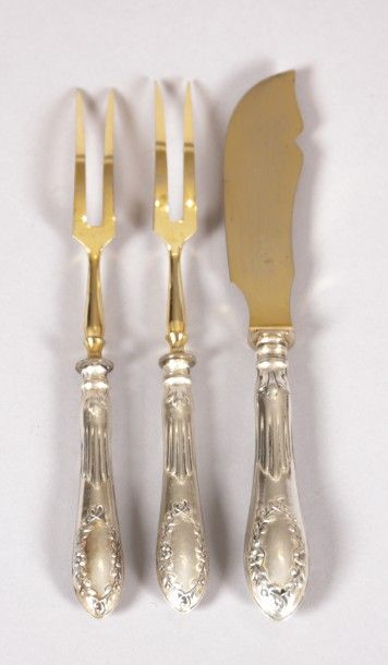 Deux fourchettes à condiments et un couteau...