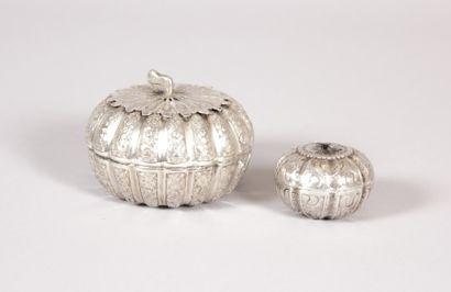 Deux boîtes de forme ronde en argent simulant...