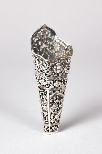 Cornet en argent de forme hexagonale fuselé...
