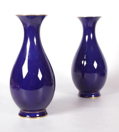SEVRES  Paire de vases de forme balustre...