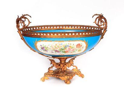 Coupe en porcelaine de forme navette à décor...
