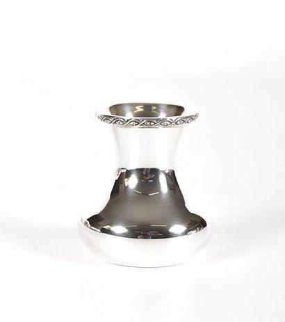 Petit vase en argent uni à fond plat, la...
