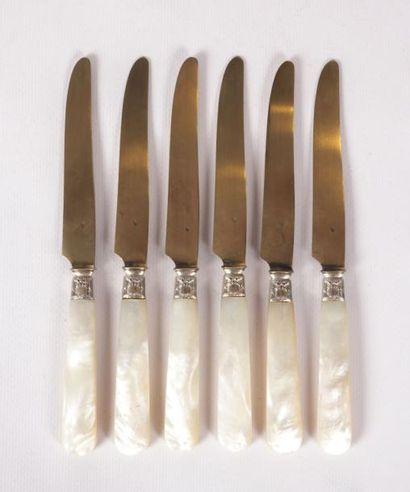 Six couteaux à fruit, les manches en nacre,...