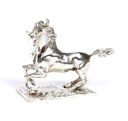 Cheval fougueux en argent posant sur un socle...