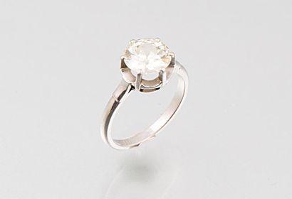 Bague en platine ornée d'un diamant solitaire...