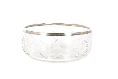 Saladier en cristal taillé à décor de formes...