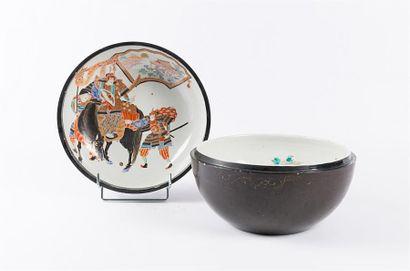 JAPON  Pot couvert en porcelaine de forme...