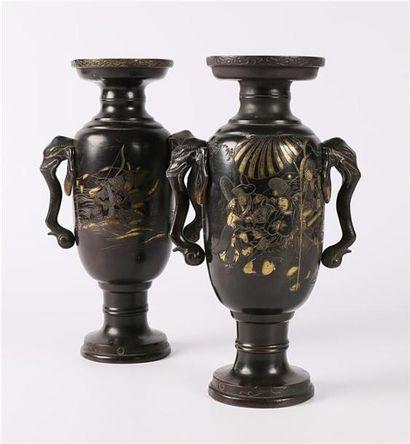 JAPON  Paire de vases en bronze de forme...
