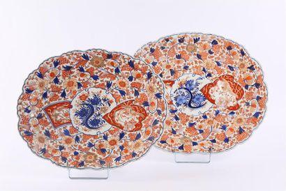JAPON  Deux plats en porcelaine de forme...