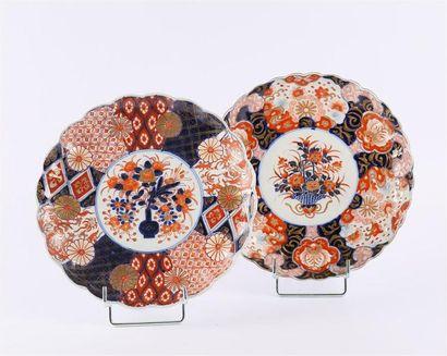 JAPON  Deux assiettes en porcelaine de forme...
