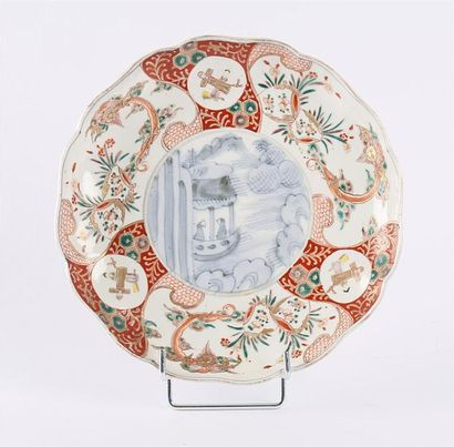 JAPON  Assiette en porcelaine de forme ronde,...