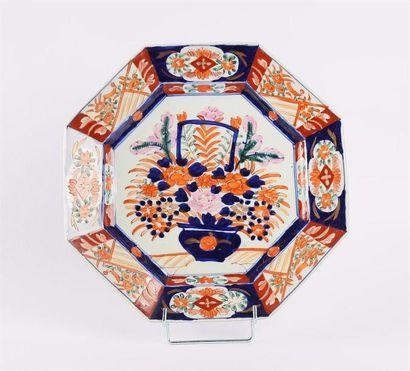 JAPON  Plat de forme octogonale en porcelaine...